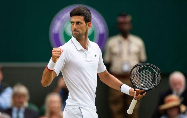 Novak Djokovic tuuletti Wimbledonissa sunnuntaina.