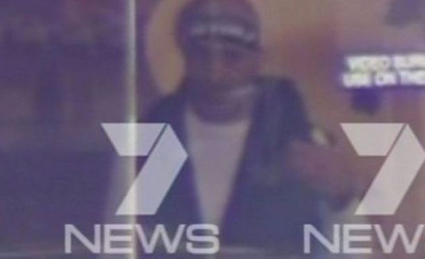 Hyökkääjäksi epäilty mies vaikuttaa keski-ikäiseltä ja hän on pukeutunut valkoiseen puseroon ja mustaan liiviin.