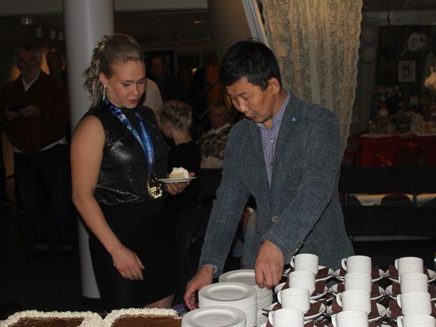 Petra Olli ja Maksim Molonov johdattivat juhlakansan täytekakun kimppuun.