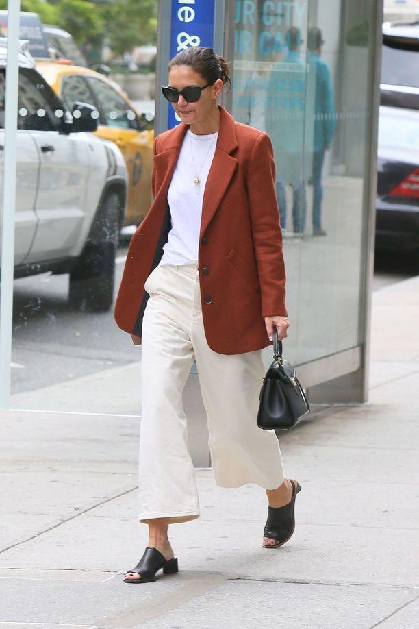 Näyttelijä Katie Holmesin tyyliä ylistetään, ja yksi hänen luottovaatteistaan on tyylikäs bleiseri.