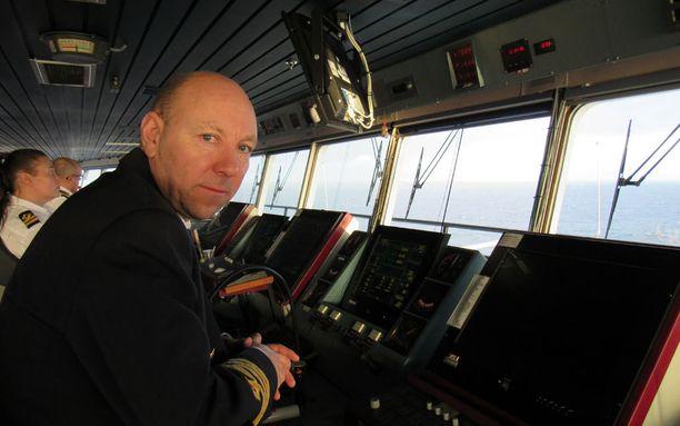 Merikapteeni Stefan Karell on huolissaan laivojen turvallisuudesta.