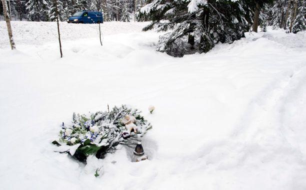 Surmapaikalle tuotiin kukkia uhrin muistoksi.
