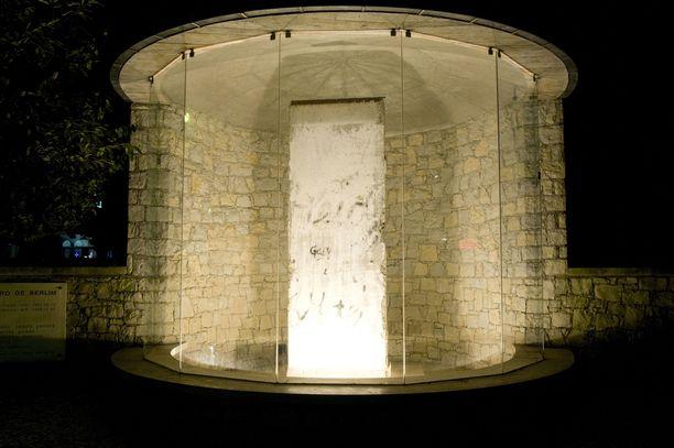 Fátimassa esillä oleva muurin pala on suojattu lasin taakse.