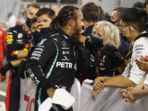 Lewis Hamilton halaili tallin henkilökuntaa ilman maskia sunnuntaina. Tässä mies kiittelee fysiikkavalmentajaansa Angela Cullenia.