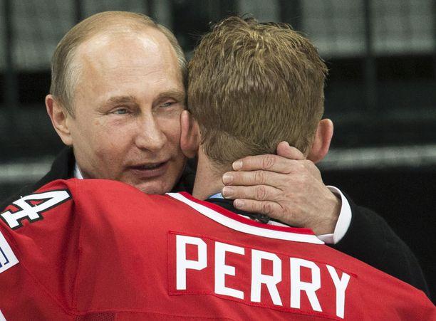 Vladimir Putin onnitteli Kanadan kapteenia Corey Perryä MM-kullasta
