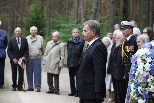 Presidentti Sauli Niinistö tapasi Suomen jatkosotaan osallistuneita virolaisia veteraaneja ja laski seppeleen heidän muistomerkilleen.