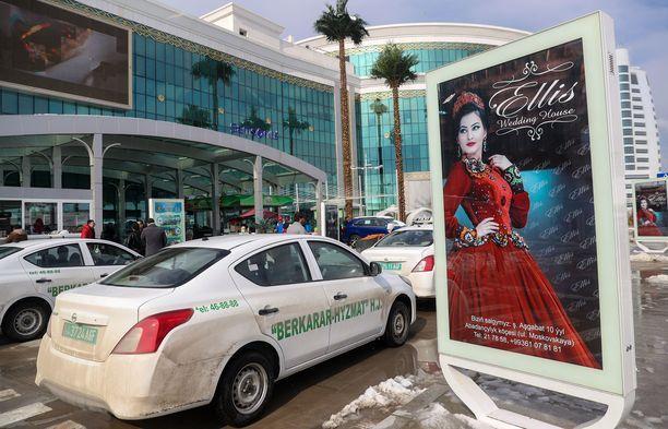 Ashgabatissa poliisi on alkanut pysäyttää naisautoilijoita. Kuvituskuva Barkararin ostoskeskuksen ulkopuolelta.
