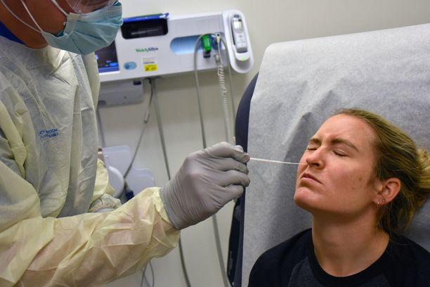 Koronavirusta testataan syvältä nenänielusta.