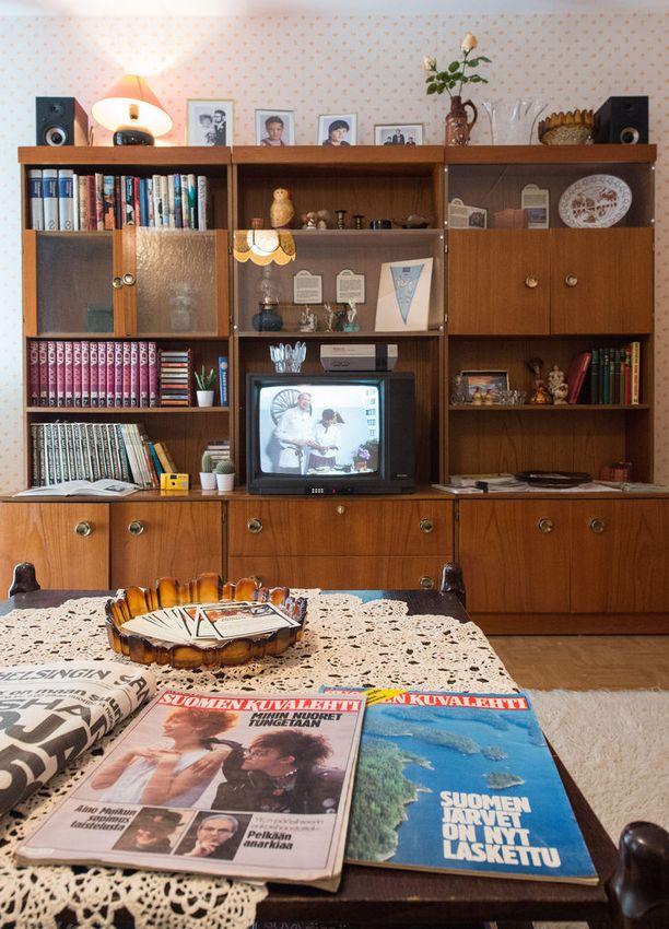 Vantaan muutaman vuoden takaisten asuntomessujen Kasarikodissa esiteltiin suomalaisasumista 80-luvulta. Olohuoneen kunniapaikalla oli televisio ja videonauhuri.