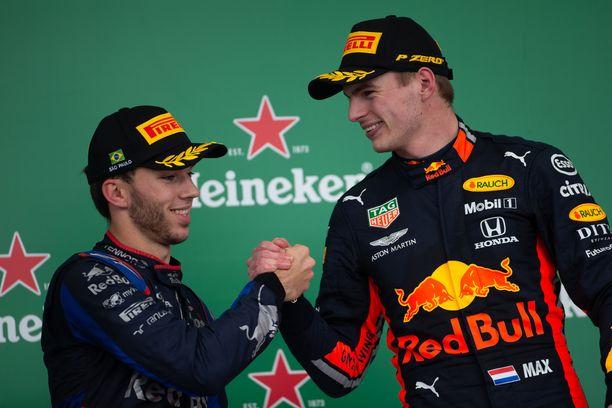 Pierre Gasly ja Max Verstappen (oik.) juhlivat Hondan ensimmäistä kaksoisvoittoa yli 28 vuoteen.