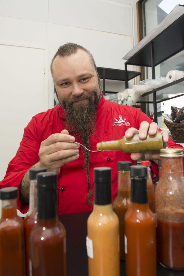 """Vaikka Marko """"Poppamies"""" Suksi on yrityksen toimitusjohtaja, osallistuu hän yhä chilikastikkeiden kehittämiseen."""