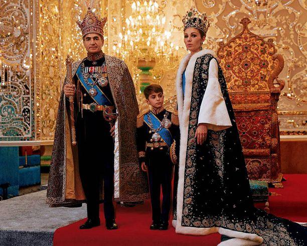 Mohammed Reza Pahlavi kolmannen vaimonsa Farah Diban ja suvun nykyisen päämiehen pienen Rezan kanssa seremonia-asuissa vuonna 1950.