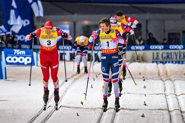 Johannes Kläbo lopetti hiihtämisen liian aikaisin. Aleksander Bolshunov (vas.) tuli takaa voittoon.