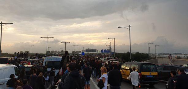 Barcelonan lentokentän lähettyvillä vallitsi kaaos maanantaina.