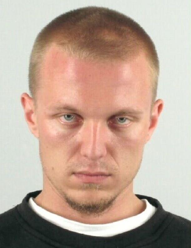 Kovanen, Jari Juhani, s. 1984, Suomen kansalainen. Kovasesta on annettu kaksi eurooppalaista pidätysmääräystä. Hänen epäillään syyllistyneen useisiin eri rikoksiin, ja hänet on jo tuomittu kolmen vuoden ja yhdeksän kuukauden vankeusrangaistukseen törkeästä huumausainerikoksesta.