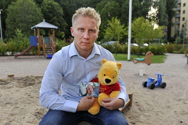 Mikael Jämsäsen omakohtaisen tragedian vuoksi Suomen isyyslakia muutettiin, mutta Mikaelin tilannetta lakimuutos ei enää auttanut. Hän näki tyttärensä viimeksi vuonna 2009.