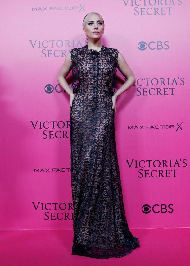 Victoria's Secret -show'n pinkillä matolla nähtiin elegantti Gaga.