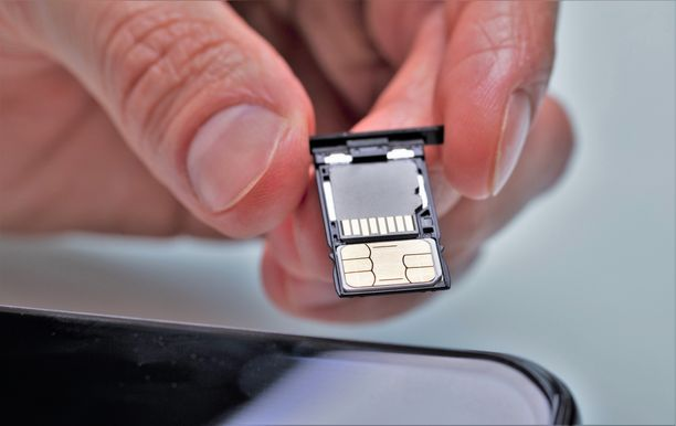 Puhelin rikkoontui mutta sen SIM-kortilla sekä muistikortilla oli kuvia, jotka mies sai haltuunsa. Kuvituskuva.