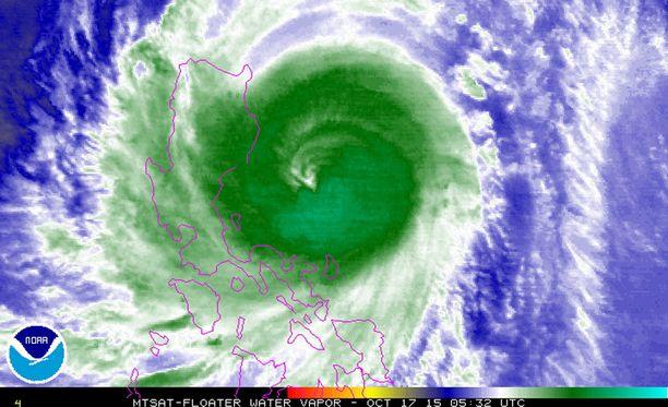 Taifuunin keskus erottui selvästi satelliittikuvissa.