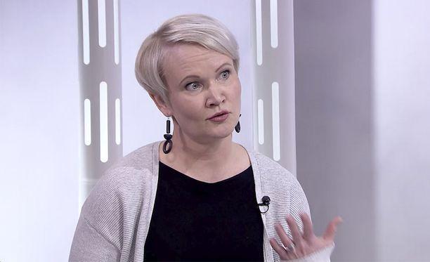 Heli Rämäkkö on perusterve nelikymppinen, joka on välttynyt influenssalta aiemminkin. Siksi hän kyseenalaistaa hoitajia koskevan rokostusvelvoitteen.