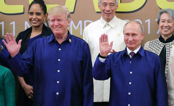 Trump ja Putin vilkuttivat huvittuneen oloisina samanlaisissa paidoissaan.