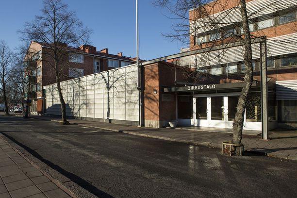 Varsinais-Suomen käräjäoikeus käsitteli syytteitä suljettujen ovien takana. Kuvassa Salon oikeustalo.