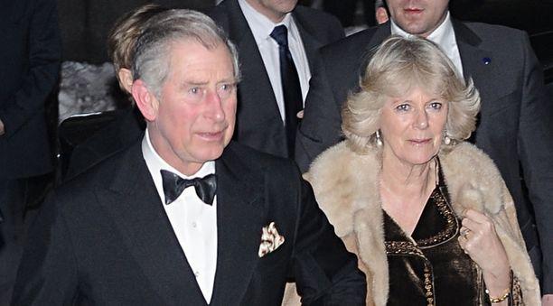 Camilla näki punaista Charlesin flirttaillessa kuuman mallin kanssa.