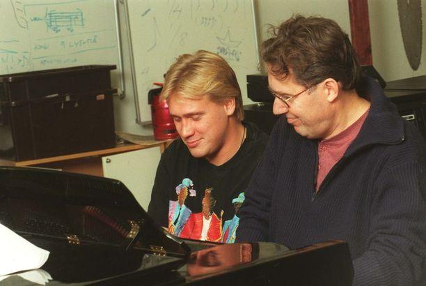 Vuonna 1996 Samuli valmisteli yhdessä isänsä Toni Edelmannin kanssa Vaiheet-levyä. Samulille rakas ja läheinen isä menehtyi yllättäen viime vuoden loppupuolella.