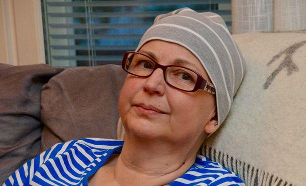 Hannele Pelamo sanoo realistina elävänsä kuolemaa odotellen. Aviomiehen ja muiden läheisten tuki on hänelle lääkkeitäkin tärkeämpi apu jaksamiseen.