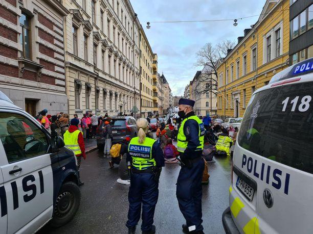 Poliiseja ja Elokapinan mielenosoittajia Mariankadulla keskiviikkoaamuna.