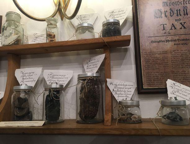 Kuivatuista sammakoista, siileistä ja muumion kappaleista jauhettiin lääkkeitä. Marsipaanilla taas parannettiin sydänsuruja.