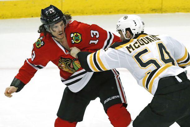 Tuttu näky. Daniel Carcillo on tiputtanut hanskat, kuvassa vastassa Adam McQuaid. Carcillon jäähyennätys NHL:ssä on 324 minuuttia kaudella 2007-08.