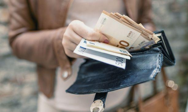 Moni suomalainen tienaa jonkin verran päälle 4 000 euroa kuukaudessa.