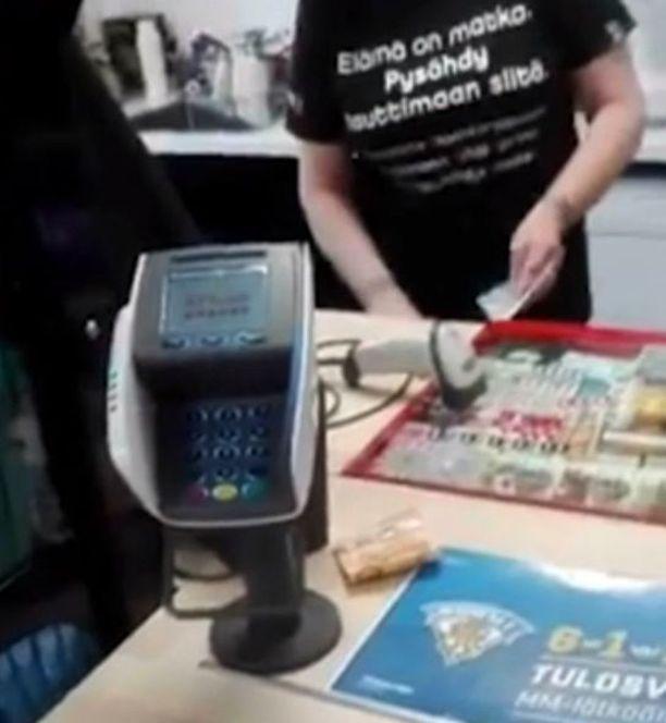 Tino Lindeman kysyy videolla useita kertoja, mistä johtuu, että muut saavat maksaa tankkauksen kassalle, mutta häneltä se kielletään.