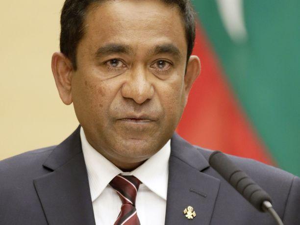 Abdulla Yameen joutui väitetyn lahjontayrityksen takia vankilaan jo ennen oikeudenkäynnin päättymistä. Häntä ja hänen hallintoaan epäillään laajamittaisesta korruptiosta.