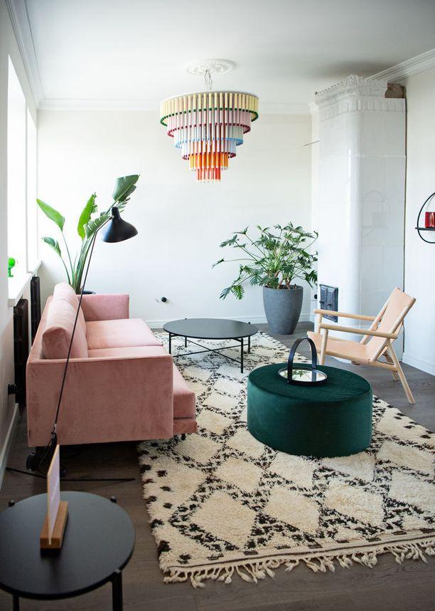 Bunkkerin seinät ovat vaaleat, mutta asunnon sisustus on hurmaava väreiltään.
