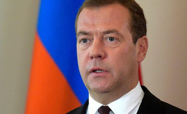 Dmitri Medvedev paukutteli henkseleitä perjantaina Ukrainan suuntaan.