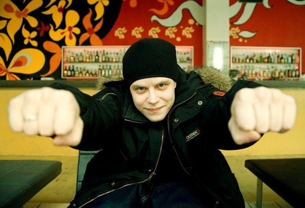 Ezkimo eli Mikko Mutenia aloitti uransa vuosituhannen vaihteessa. Hänen tunnetuimpia kappaleitaan olivat muun muassa Bla bla bla, Ilman sua sekä Entinen.
