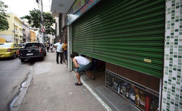 Väkivallan uhkaa arjessa. Kauppias sulkee liikkeensä maanantaina varotoimenpiteenä, koska vaikutusvaltainen rikollisliiga oli uhannut kostaa poliisille erään rikollisen ampumisen.