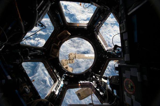 Cupola on ISS-aseman 360 asteen havainnointialue, josta käsin myös hoidetaan asemalle saapuvien alusten telakointi.