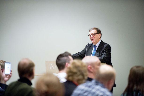 Keskustan europarlamentaarikko Paavo Väyrynen ilmoitti vuosi sitten oman puolueen perustamisesta. Sen jälkeen Väyrynen on kiertänyt Suomea keräämässä kannatusta. Kuva tilaisuudesta Tampereelta.