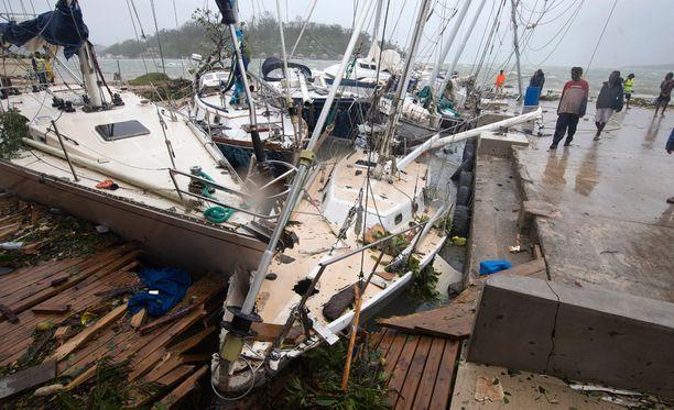 Trooppinen hirmumyrsky Pam iski aamulla paikallista aikaa täydellä voimallaan Tyynenmeren Vanuatuun, Fidjiin ja Salomonsaariin.