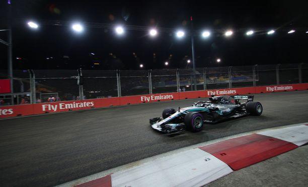 Lewis Hamilton vankisti MM-johtoaan entisestään ajamalla Singaporessa kauden seitsemännen voittonsa.
