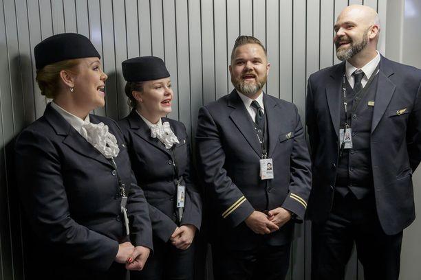 Icelandairin historiaa käsittelevän näytelmän aikana nähtiin myös henkilökunnan univormuja eri vuosikymmeniltä.