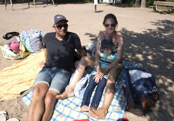 Helsinkiläinen Hätälän perhe kertoo tarkistavansa lähirantojen sinilevätilanteen netistä päivittäin.