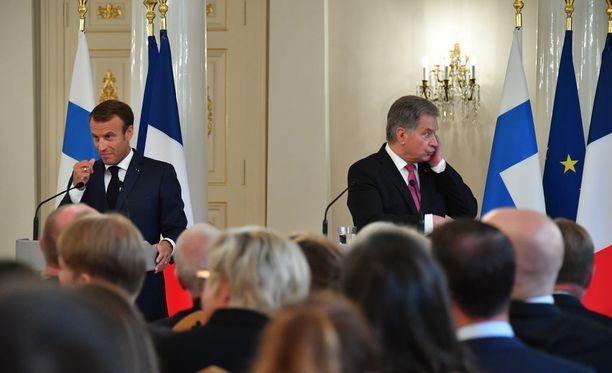 Toimittajan kysymyksen käännös ei kuulunut presidentti Niinistön korvanapista. Presidentti Macronia tilanne huvitti.