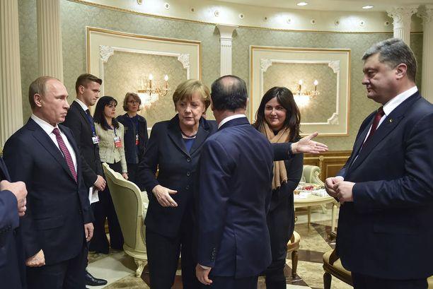 Umpikujaan päätyneet Minskin neuvottelut Itä-Ukrainan tilanteesta kuvaavat hyvin tilannetta, johon pääasiassa Venäjän vastahankaisuus Ukrainan tilanteen selvittämiseksi on johtanut. Kuva painostavista rauhanneuvotteluista helmikuussa 2015, joissa mukana Venäjän presidentti Vladimir Putin (vasemmalla), Saksan liittokansleri Angela Merkel, Ranskan presidentti Fancois Hollande (selin kameraan) sekä Ukrainan presidentti Petro Poroshenko.
