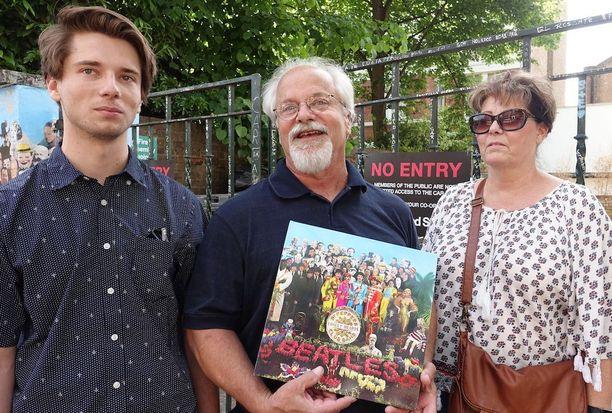 Amerikkalainen Beatles-fani Jeff toi perheensä Abbey Roadille.Isä tykkää 'Valkoisesta tulplasta', vaimo Cheryl Rubber Soulista ja poika Ryan Sgt. Pepperistä.