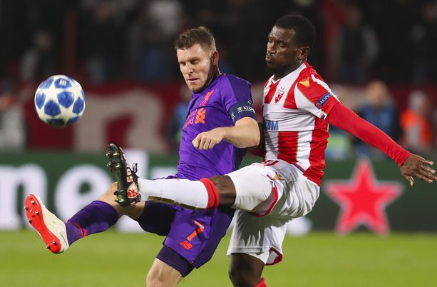 Liverpoolin James Milner (vas.) taisteli pallosta Punaisen tähden El Fardou Benin kanssa.
