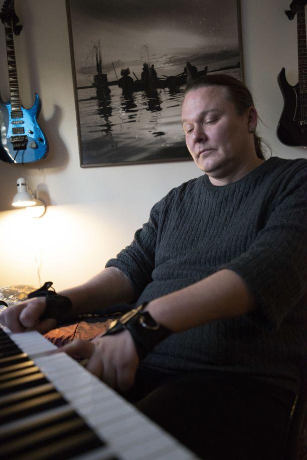 Halvaantunut hevikitaristi tekee nyt musiikkia tietokoneella.